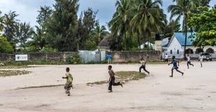 Nette kleine afrikanische Jungen auf einer Straße in Sansibar Stockfotos
