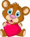 Nette kleine Braunbärkarikatur, die Herzliebe hält Stockfoto