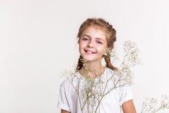 Nette kleine Dame im weißen aktiv aufwerfenden T-Shirt lizenzfreie stockbilder