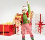 Nette kleine Elfe mit einem Geschenk Lizenzfreies Stockfoto