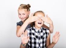 Nette kleine Freundin zwei, die verschiedene Gefühle ausdrückt Lustige Kinder Beste Freunde verwöhnen und Aufstellung Stockfoto