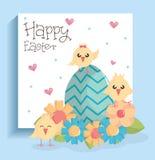 Nette kleine Küken mit dem Ei gemalt und den Blumen stock abbildung