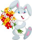 Nette kleine Kaninchenkarikatur, die einen Blumenstrauß hält Lizenzfreies Stockfoto