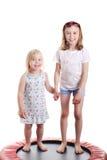 Nette kleine Mädchen auf einer Trampoline Stockfotos