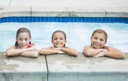 Nette kleine Mädchen, die im Pool spielen Stockfoto