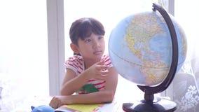Nette kleine Mädchen, die Kugel betrachten stock video footage