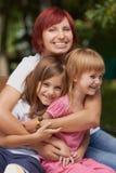 Nette kleine Mädchen mit ihrer Mamma draußen Lizenzfreies Stockfoto