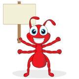 Nette kleine rote Ameise mit hölzernem Zeichen Stockfotos