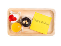 Nette kleine Schale backt auf hölzernem Behälter mit alles- Gute zum Geburtstagwort zusammen Stockbilder