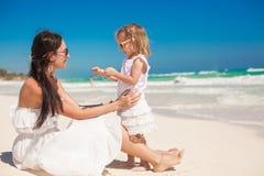 Nette kleine Tochter, die Spaß mit ihren Jungen hat lizenzfreie stockfotografie