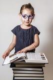 Nette kleines Mädchen-Lesung Lizenzfreie Stockfotos