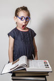 Nette kleines Mädchen-Lesung Stockbilder