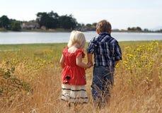 Nette kleines Mädchen-und Jungen-Holding-Hände lizenzfreie stockfotos