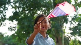 Nette kleines Mädchen wellenartig bewegende amerikanische Flagge stock footage