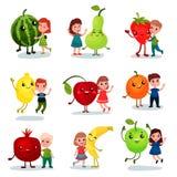 Nette Kleinkinder, die Spaß haben und riesige Früchte, beste Freunde, gesundes Lebensmittel für Kinderkarikaturvektor umarmen stock abbildung