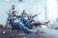 Nette Kollegen, die den Bruch im Büro genießen Lizenzfreie Stockfotos