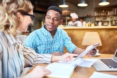 Nette Kollegen, die Tablette im Café verwenden stockfoto