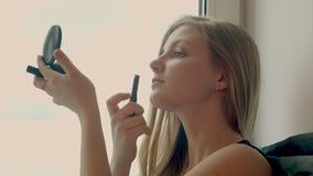 Nette Kosmetikfrau, die Spaß mit kosmetischen Produkten hat Nette Kosmetikfrau, die Spaß mit hat stock video