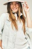 Nette lächelnde blonde Frau im Denimhemd Stockfoto