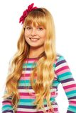 Nette lächelnde blonde 10 Jahre alte Mädchen Stockfoto