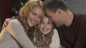 Nette lächelnde Familie, die zusammen Zeitvertreib, Atmosphäre des neuen Jahres, Feiertage genießt stock footage