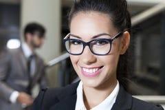 Nette lächelnde Geschäftsfrau Stockfotos
