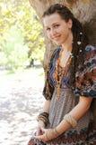 Nette lächelnde indie Artfrau der Hippie mit den Dreadlocks, gekleidet in der dekorativen Aufstellung boho Art Kleiderim freien lizenzfreie stockbilder