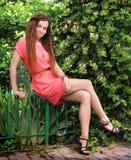 Nette lächelnde indie Artfrau der Hippie mit den Dreadlocks, gekleidet im roten Kleid stockbild