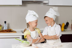 Nette lächelnde Kinder im Koch Attire Stockfoto