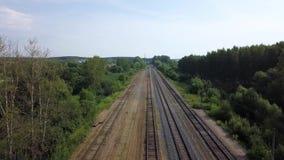 Nette Landschaft leeren langen Eisenbahnen layng nach Grüner Grenze von Büschen und von Bäumen stock footage