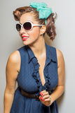 Nette Latina-Frau in Polka punktierter Strickjacke Lizenzfreie Stockfotografie