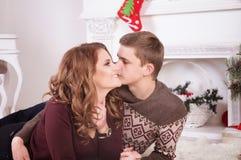 Nette Liebespaare auf Teppich Frau und Mann, die Weihnachten feiern Stockfoto