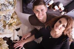Nette Liebespaare auf Teppich Frau und Mann, die Weihnachten feiern Stockbilder