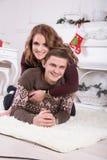 Nette Liebespaare auf Teppich Frau und Mann, die Weihnachten feiern Stockfotos