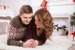 Nette Liebespaare auf Teppich Frau und Mann, die Weihnachten feiern Lizenzfreies Stockfoto