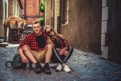 Nette longboarders verbinden die Aufstellung in der alten Stadtstraße Lizenzfreie Stockfotografie