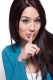 Nette lustige Frau, die ein Geheimnis hält Stockfotos