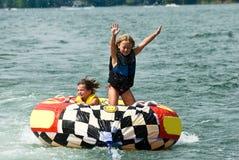 Nette Mädchen auf Gefäß hinter Boot Lizenzfreies Stockbild