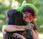 Nette Mädchen in den Farbpulverumarmungen Stockfotografie