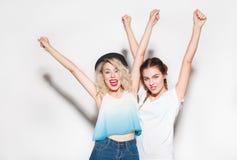 Nette Mädchen, die auf Weiß aufwerfen Lizenzfreies Stockfoto