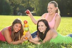 Nette Mädchen, die mit den Früchten im Freien spielen Stockfoto