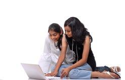 Nette Mädchen, die mit Laptop arbeiten stockbild