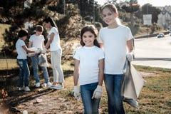 Nette nette Mädchen, die Sie betrachten Lizenzfreie Stockbilder