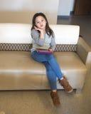 Nette Mädchenhaltung mit elektronischem Gerät Lizenzfreie Stockfotografie