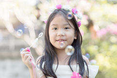 Nette Mädchenspiel-Blasensuppe lizenzfreie stockbilder
