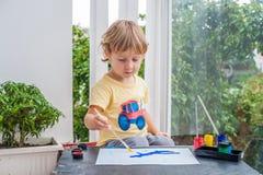 Nette Malerei des kleinen Jungen mit bunten Farben Stockbild