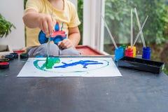 Nette Malerei des kleinen Jungen mit bunten Farben Lizenzfreies Stockbild