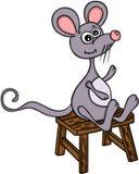 Nette Maus, die auf hölzernem Schemel sitzt Stockfotos