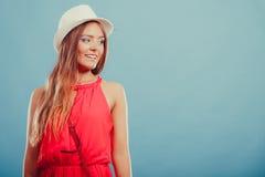 Nette Modefrau im Hut und im roten Hemd Porträt stockfotos