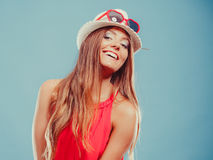 Nette Modefrau im Hut und im roten Hemd Porträt stockbild
